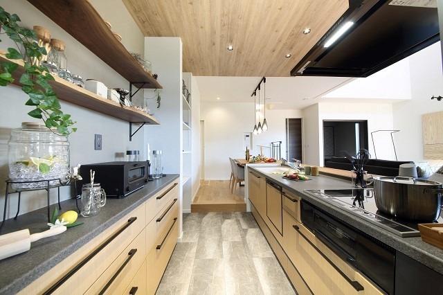 大収納の広々としたキッチン