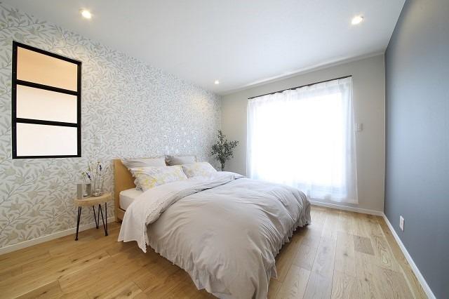 良い目覚めが出来そうな爽やかな主寝室